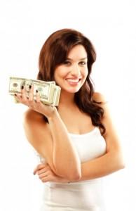 sieviete ar naudu